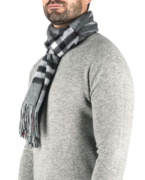 ein mann trägt einen karierten grauen kaschmir schal
