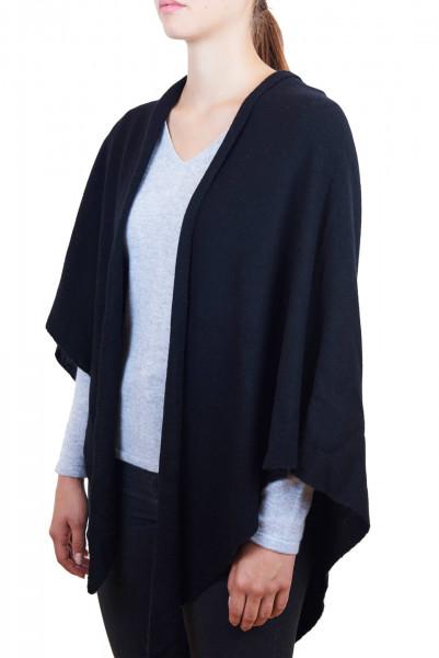 eine frau trägt einen schwarzen triangel kaschmir schal