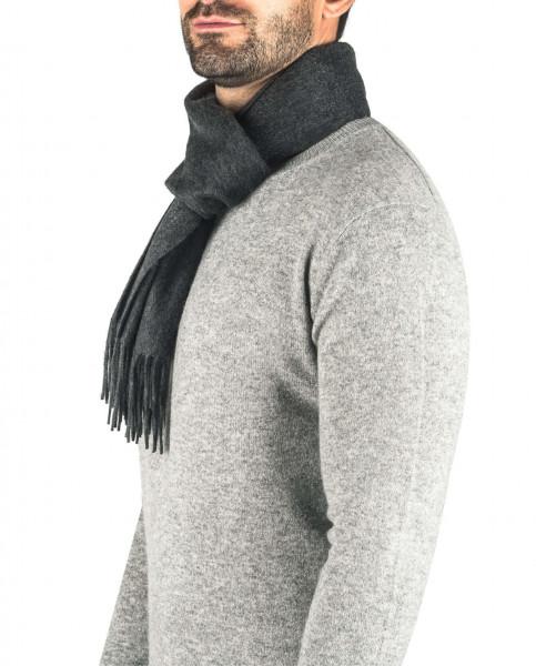 ein mann trägt einen anthrazit kaschmir schal