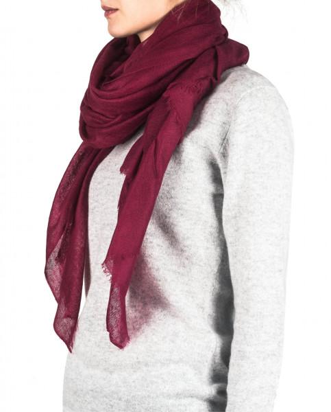 eine frau trägt einen brodeaux oversize kaschmir Schal
