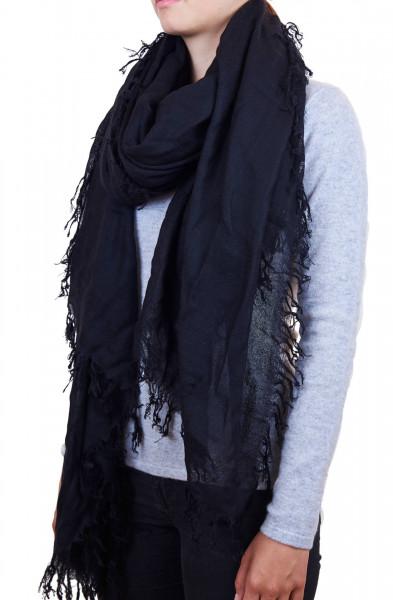 eine frau trägt einen schwarzen dip dye kaschmir schal