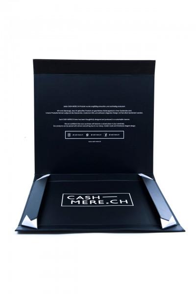 aufgeklappte geschenksbox von cash-mere.ch in schwarz mit weisser schrift