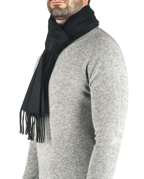 ein mann trägt ein schwarzen kaschmir schal