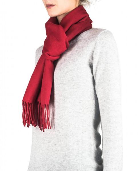 ein frau trägt einen roten kaschmir schal