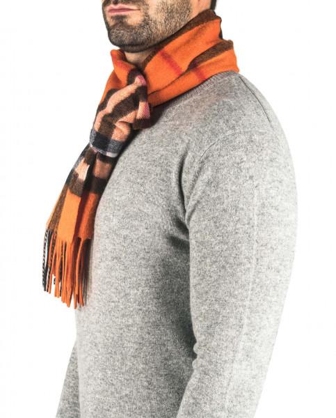 ein mann trägt einen karierten orangen kaschmir schal